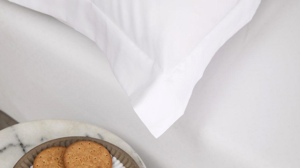 Lotus attitude - White ชุดผ้าปูที่นอนพร้อมผ้านวม